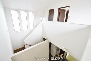 2階の廊下です!吹き抜けになっているので圧迫感がなく広々とした印象に♪