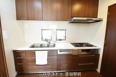 キッチンは壁付なので、集中してお料理が可能!導線もしっかり確保されております!