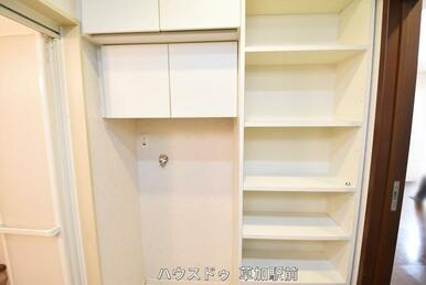 洗濯機置き場の横にも収納棚があるので、使いやすそうですね!ストック品も収納出来ます♪