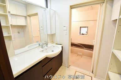 作業スペースのある洗面所は朝の身支度も洗面台に物を並べて準備が可能!