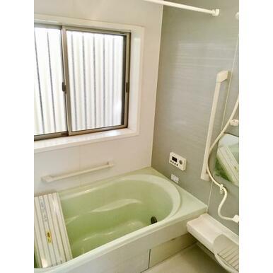 【浴室】 お年寄りやお子様の入浴も安心の手すり付!