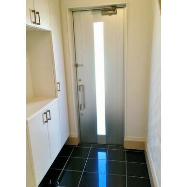 【玄関】 スリットガラスが暗くなり勝ちな玄関の足元を明るく照らします!