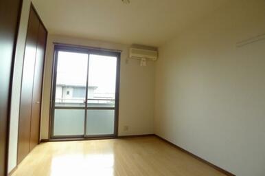 豊富な収納スペースとエアコン1台、電動シャッター付きです。