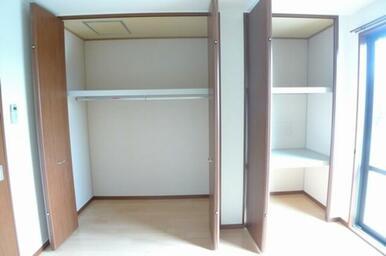お洋服をハンガーにかけたまま収納できるハンガーポールが付いています♪天井までたっぷり収納できます◎