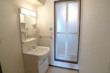 室内洗濯機置き場&独立洗面化粧台☆ 上段は棚になっており、サニタリーグッズを置くことができます。