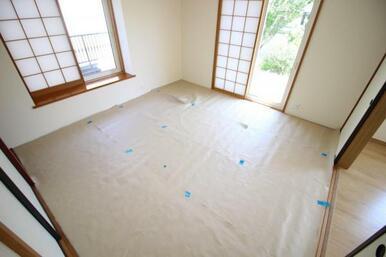 8帖和室。扉を開け放つとリビングの続き間としても使用できます