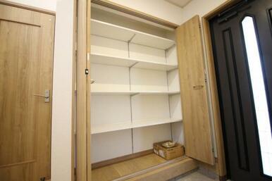 たくさん収納できるシューズボックスでいつもスッキリ綺麗な玄関を実現