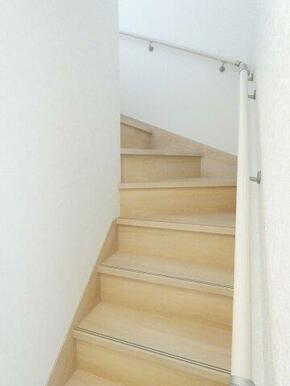 安心の手摺付き階段です