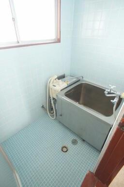 窓がある明るいバスルーム。追い焚きも可能です♪
