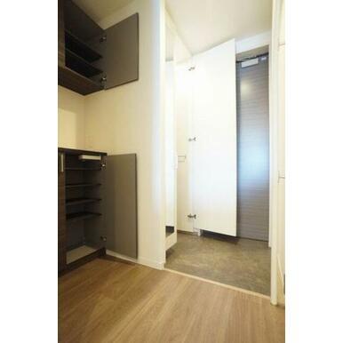 ◆玄関◆吊戸棚付きのシューズボックスは棚の高さが変えられるので、ブーツなど丈が長い靴も収納しやすいで