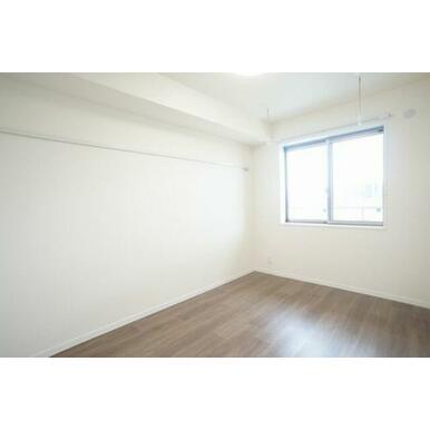 ◆洋室(6.3帖)◆室内物干しかけがあり、雨や花粉が気になる季節に重宝します☆化粧幕板もあるので、洋