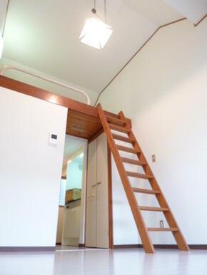 ロフト付きで洋室天井が高めになっています!