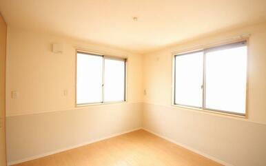 【洋室】2面に大きな窓があるので、風を通したいときなどに大変便利です☆シャッターもついているので、防