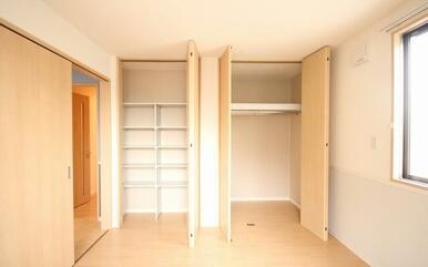 天井高まである収納をがありますので物や洋服が多くて困っている方にお勧めです☆