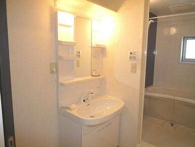 洗面台も大きく広々洗面スペース。