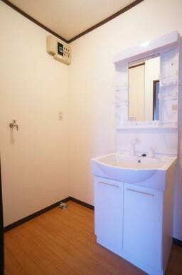 洗髪タイプの洗面台ですのでボウルが広く、水が外に跳ねにくいです。