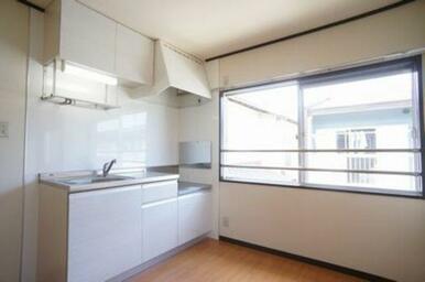 キッチンは吊り戸棚付きですので上にも収納可能です。