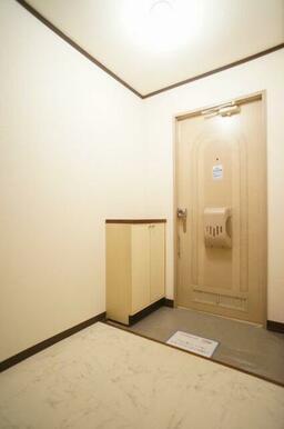 玄関はキッチンと南側洋室2室につながっており、南側の洋室へは他の部屋を通らず各部屋に移動できます。