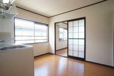 キッチン横には窓が付いているので明るいです。