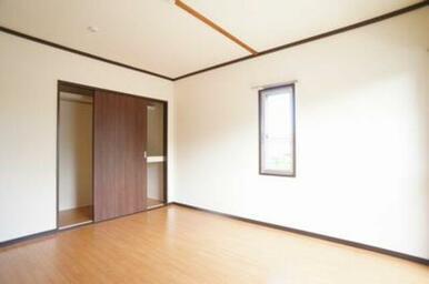 6.4帖の洋室。コートが掛けられる収納がございます。