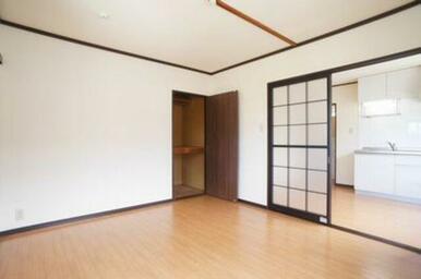 建具や廻り縁の効果で、和モダンな印象を受けます。木目調の床がお洒落ですね♪