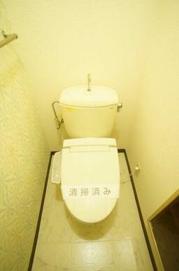壁にはお洒落なアクセントクロス! ついつい長居してしまう温水洗浄便座です。