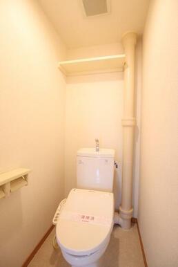 洗浄機能、棚つきのトイレです♪