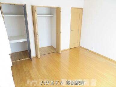 収納付きの洋室です!床はフローリングなので、お掃除も楽々です♪