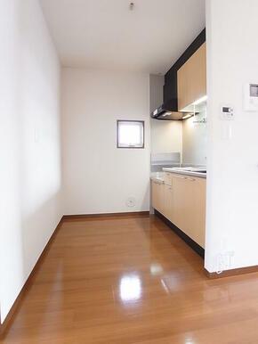 キッチン側にも小窓有り。ゆとりのある空間です。