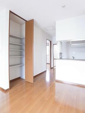 ダイニング側に棚収納が付いてますので、日用品などを収納可能