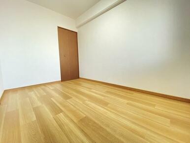 約5帖の西側洋室です。