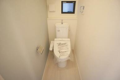 【トイレ同仕様写真】 節水、オート洗浄機能付!エコで衛生的なトイレ!(4号棟)