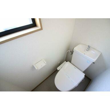 窓があるので明るいトイレです!