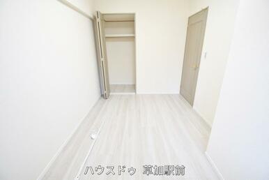5.5帖の洋室。すべての居室に収納があるので、お部屋がスッキリ片付きます!