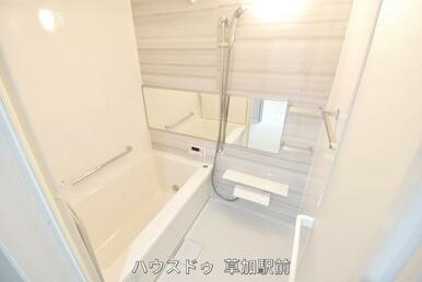 お子様と一緒にバスタイムを楽しめるゆったり空間! 浴室乾燥機付きで心地よいバスタイムを実現します♪