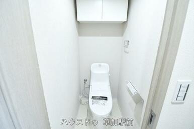 収納棚つきなので、トイレ用品などの収納に困りません。