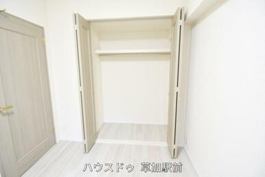 5.4帖の洋室。フローリングでお掃除楽々。清潔に保てます(*^^*)