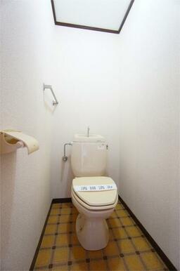 タオルかけ付きのトイレ