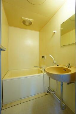 追い焚き機能付きの浴室