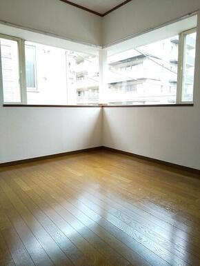 2階・L字窓で明るい4.5帖洋室★