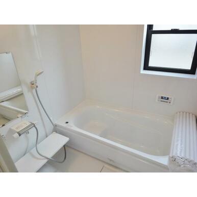【浴室同仕様写真】 雨の日のお洗濯も安心の浴室乾燥機付!