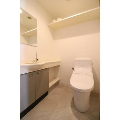 (トイレ)洗面の付いてゆったり目のトイレ。思わず長居しちゃいそうですね!