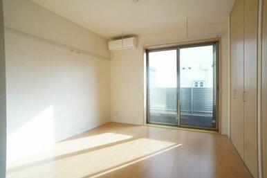 【洋室】洋室には物干しフックを設置しております。