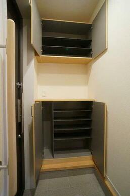 【玄関】棚の調節ができる収納です。