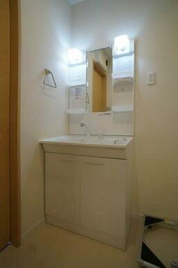 【洗面台】独立洗面台を設置しております。洗面台横には、洗濯機置場を設置しております。