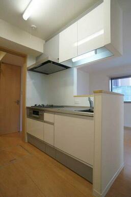 【キッチン】クリナップ3口ガスコンロ&グリル付きのシステムキッチンです。