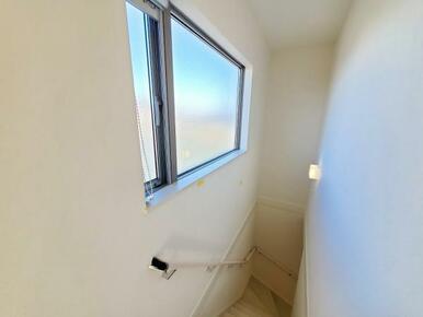 階段 暗くなりがちな階段には大きな窓で明かりが入る設計です。