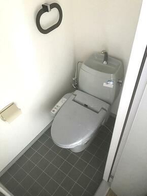 【トイレ】トイレには洗浄機能付き便座を設置!!タオルハンガーも設置しております♪
