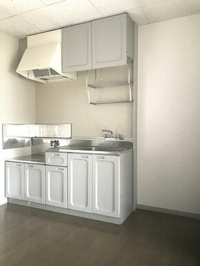 【キッチン】ご入居者様が手持ちのコンロを使えるキッチンです♪壁付けのためテーブルを置くスペースも確保