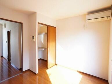 【洋室】南側に面したお部屋です☆このお部屋の収納は天井近くまで高さのあるウォークインクローゼットです